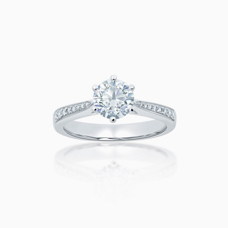 Round Brilliant cut diamond on a pave set diamond band